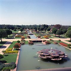https://upload.wikimedia.org/wikipedia/commons/thumb/c/ca/View_of_the_Mughal_Garden_of_Rashtrapati_Bhavan_in_March_1962.jpg/239px-View_of_the_Mughal_Garden_of_Rashtrapati_Bhavan_in_March_1962.jpg