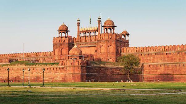 https://upload.wikimedia.org/wikipedia/commons/thumb/0/0d/Red_Fort_in_Delhi_03-2016_img3.jpg/800px-Red_Fort_in_Delhi_03-2016_img3.jpg