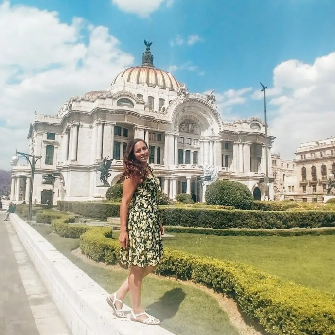 Sarah Fay travel blogger in front of Palacio Belles artes in mexico city