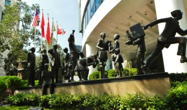 China, Hong Kong, Conrad Hilton, people, statues, entrance