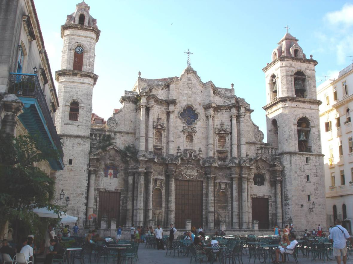 Things to see in Havana. Havana Cathedral in Cathedral Plaza with an outdoor cafe in front