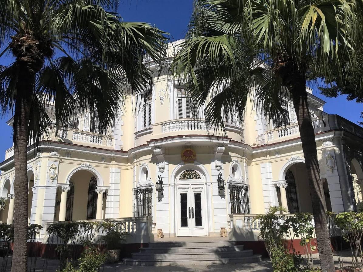 Corner mansion on 5th Avenue in Havana