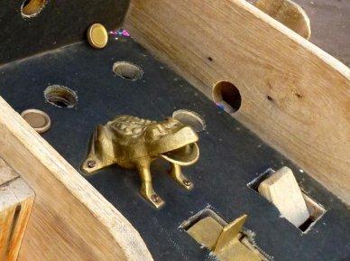 Golf frog in Peru's sapo game