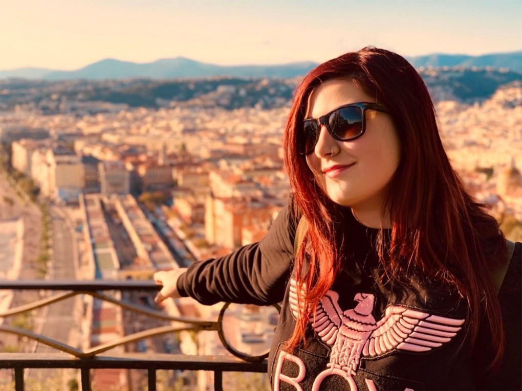 Elina sulla collina del castello a Nizza