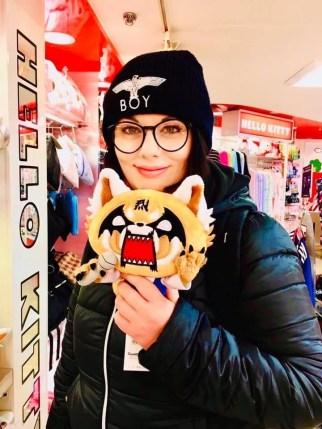 Marzia a Tokyo con il pupazzo di Retsuko