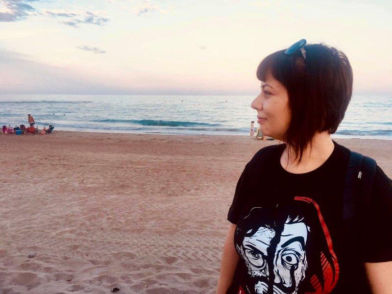 marzia in spiaggia a valencia traveltherapists blog giappone elina e marzia blogger miglior blog di viaggio nomadi digitali psicologia del viaggio travel therapy
