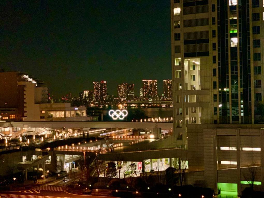 cerchi olimpici a odaiba, tokyo di notte