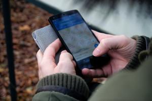 mano con cellulare traveltherapists blog di viaggio miglior blog di viaggio blog giappone