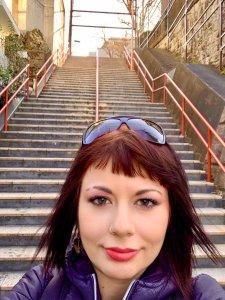 marzia davanti alla scalinata di your name a Tokyo al santuario suga