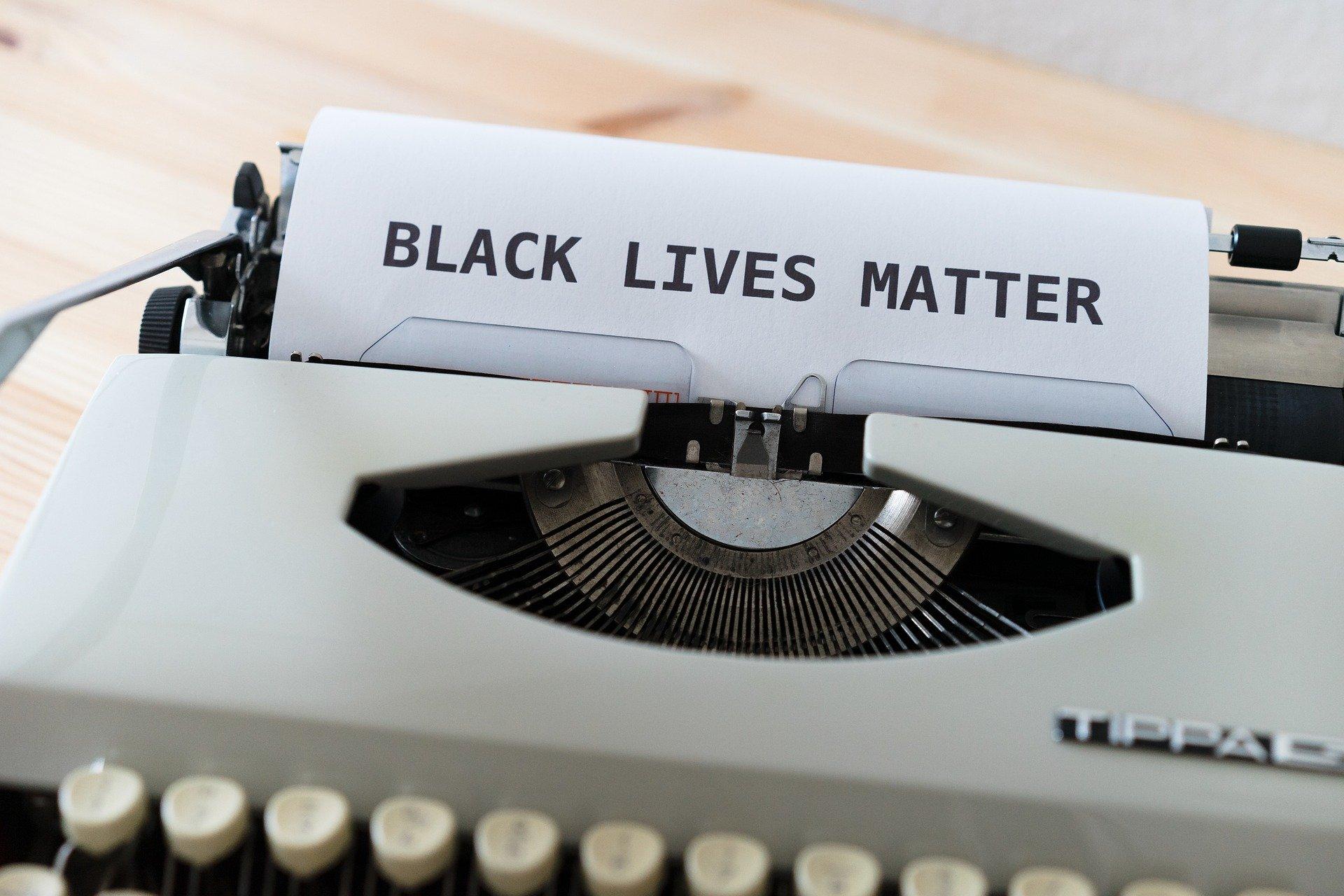 macchina da scrivere scritta black lives matter Il mio viaggio in Giappone traveltherapists miglior blog di viaggio