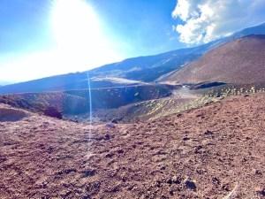 raggi di sole su cratere etna