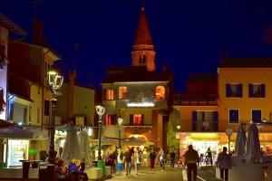 centro storico caorle di sera