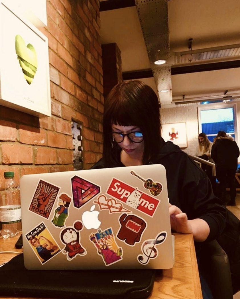 Marzia a Londra che lavora da remoto Il mio viaggio in Giappone traveltherapists blog giappone elina e marzia blogger miglior blog di viaggio