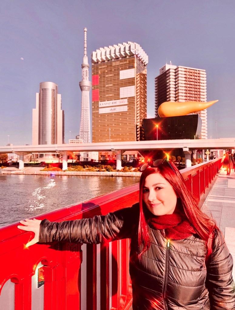 Elina sul fiume Sumida con Asahi e Tokyo skytree