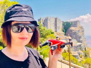 marzia con drone rosso in mano della dji migliori drone 2021 traveltherapists quale drone comprare per iniziare Il mio viaggio in Giappone traveltherapists blog giappone elina e marzia blogger miglior blog di viaggio