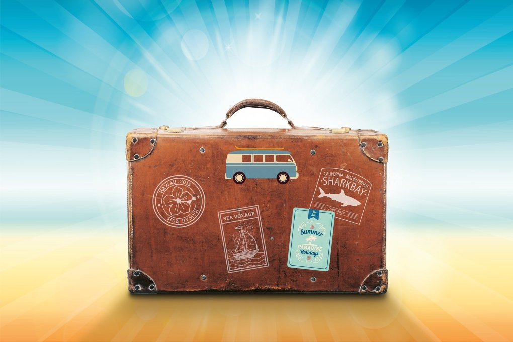 valigia di pelle in spiaggia