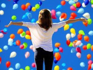 natale 2020 sogni e desideri traveltherapists donna con palloncini