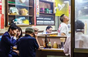 dove mangiare a Tokyo il mio viaggio in Giappone traveltherapists izakaya persone