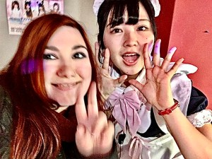 elina al maidreamin cafè di Tokyo in posa con una cameriera kawaii Top Maid Café a Tokyo