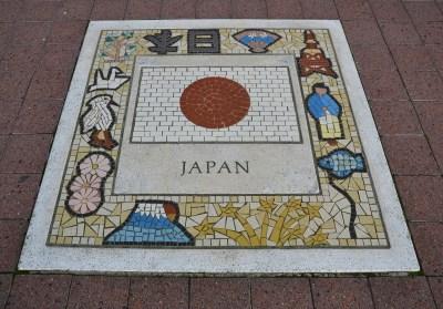 giapponesi bandiere cina uk giappone corea del sud cinesi giapponesi coreani il mio viaggio in giappone traveltherapists miglior blog di viaggio Perché in Giappone si parla meno l'inglese rispetto a Cina e Corea?