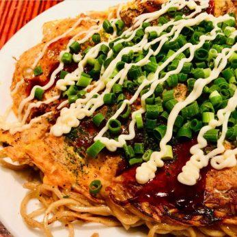 pizza di osaka Cibi giapponesi che devi provare okonomiyaki-osaka-traveltherapists-il mio viaggio in giappone miglior blog di viaggio