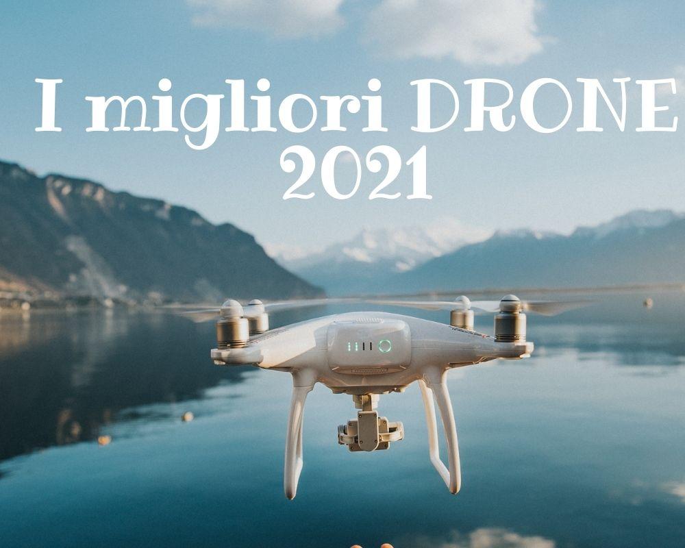 i migliori drone 2021, si vede un drone pilotato su un lago e si vedono anche delle montagne