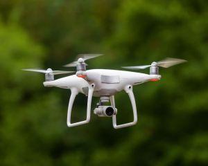 foto con un drone che vola, bianco, lo sfondo è un giardino o un bosco migliori drone 2021 traveltherapists
