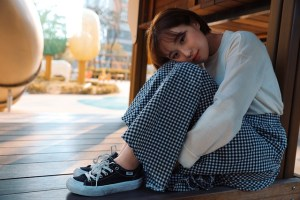 ragazza coreana con maglia bianca e gonna di jeans il mio viaggio in giappone traveltherapists