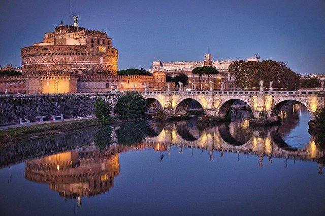 Una panoramica su Castel Sant'Angelo al tramonto, detto anche Mausoleo di Adriano
