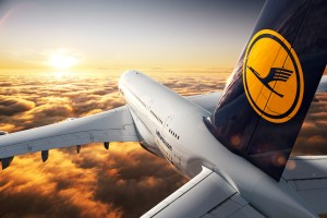 CGI: Air-to-air Motiv der Lufthansa A380./CGI: air-to-air image of the Lufthansa A380.