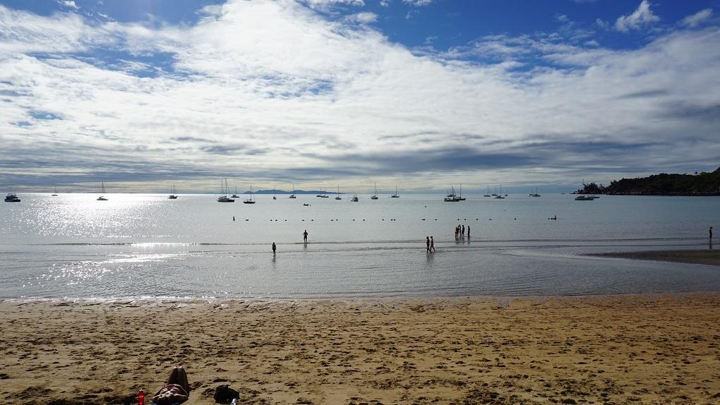 Boten voor de kust van Horseshoe Bay