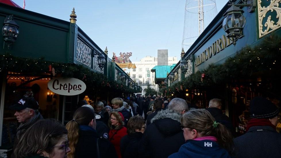 Mensen op de kerstmarkt in Hamburg