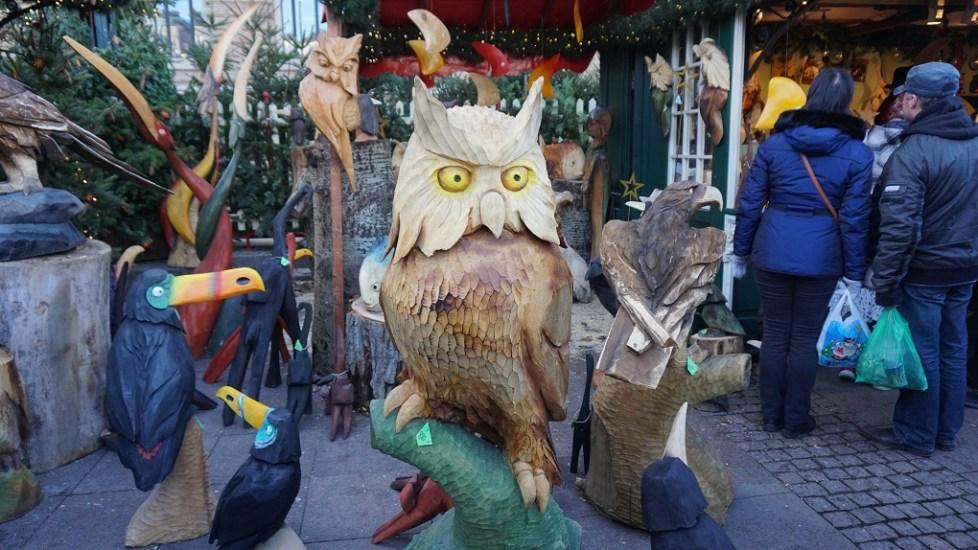 Houten beelden op de kerstmarkt in Hamburg