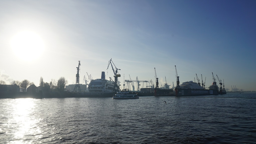 Boten in de haven van Hamburg