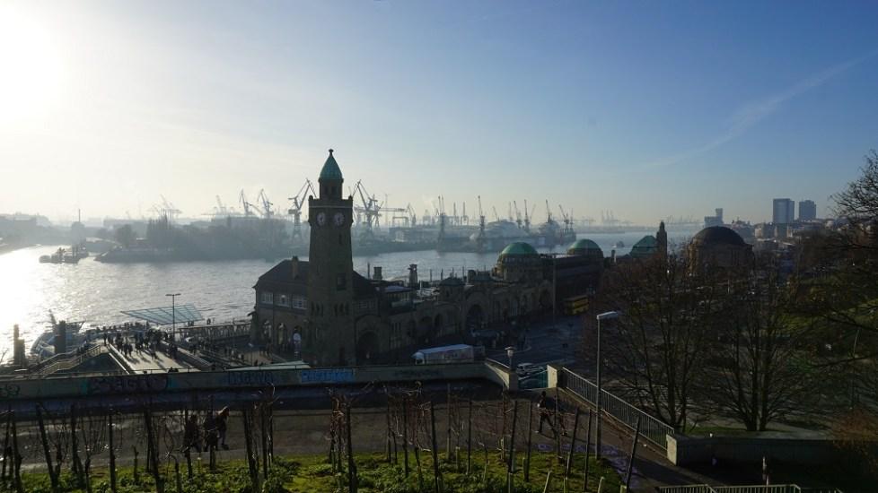 Hamburg St. Pauli in de haven van Hamburg