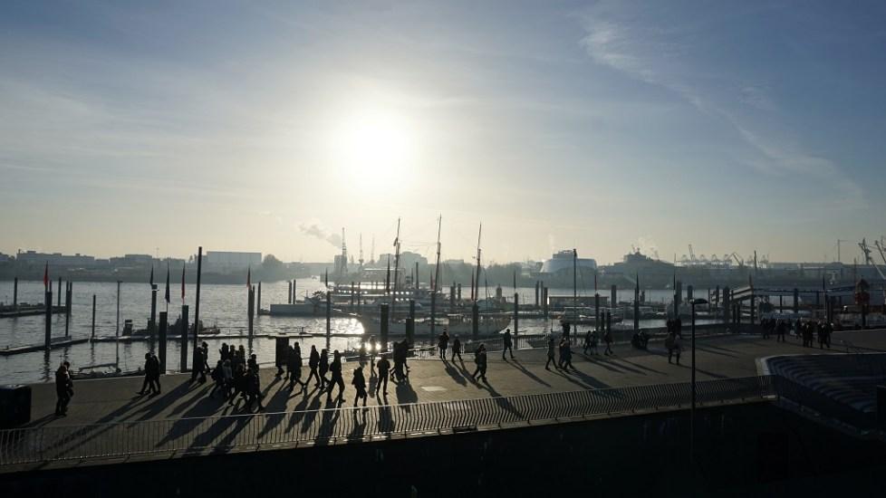Zicht op haven van Hamburg