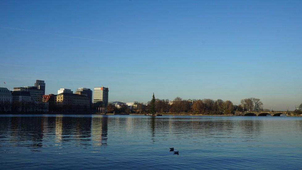 Zicht op Alstermeren in Hamburg