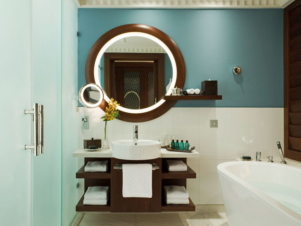 Bathrooms are equipped with a tub and a shower (Image Source: Sofitel Dubai Jumeirah Beach / sofitel.com)