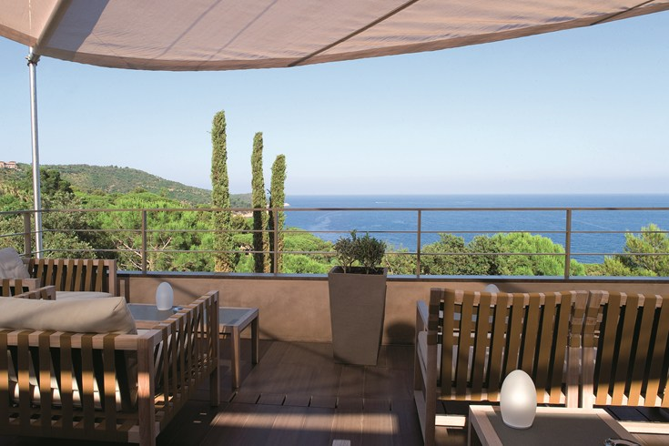 Stunning views in the bar (Image Source: The Leading Hotels of the World / lhw.com)
