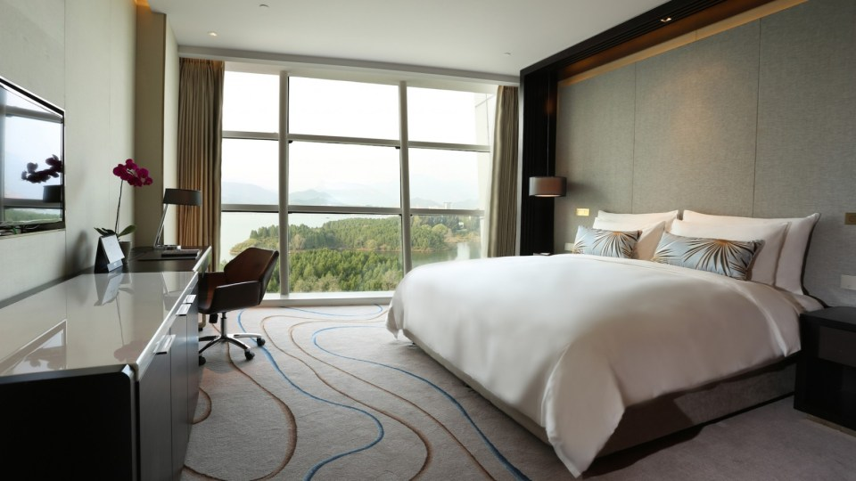 Deluxe Room at the Sunrise Kempinski Hotel (Image Source: Sunrise Kempiniski Beijing / kempinski.com)