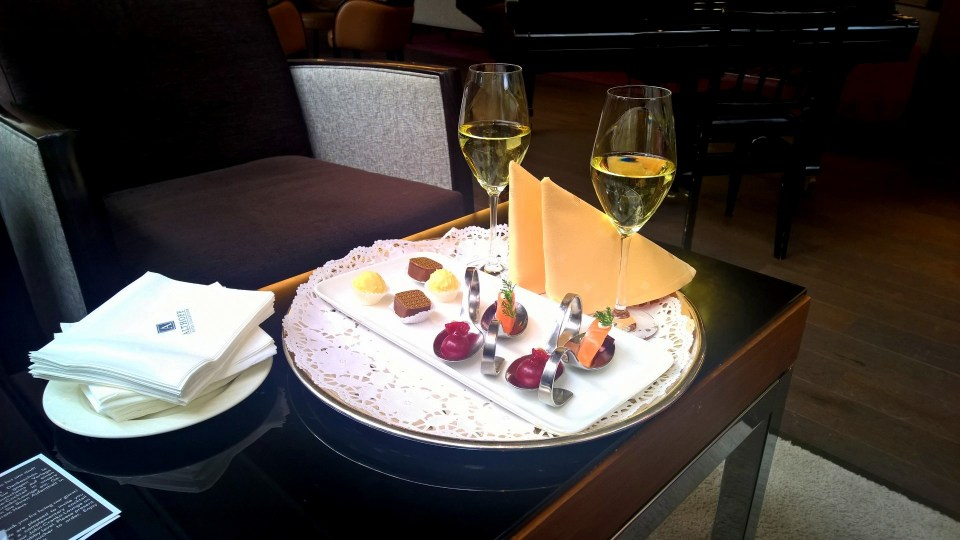 Canapés and sparkling wine as a welcome present