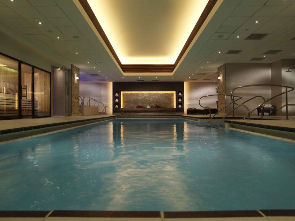 The hotel pool is not as big as it looks like (Image Source: The Landmark London / landmarklondon.co.uk)