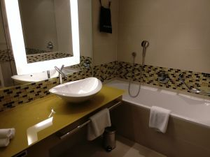 Hilton Frankfurt Airport Executive Suite Bathroom