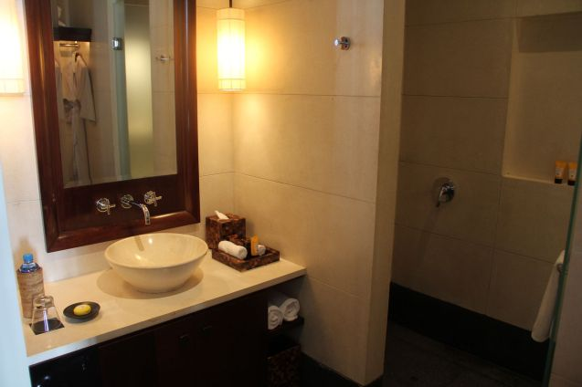 The Chedi Muscat Deluxe Room Bathroom