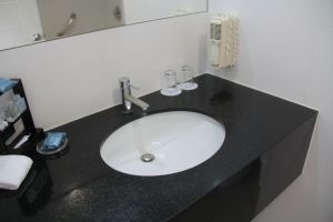 Costa del Sol Wyndham Lima Airport Queen Room Bathroom
