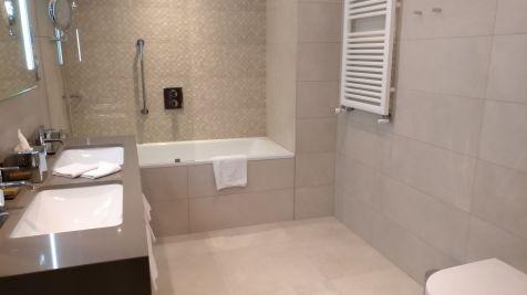 DoubleTree Cracow Junior Suite Bathroom