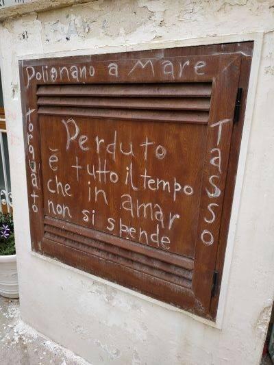 Επιγραφή σε τοιχο του Πολινιάνο α Μάρε που γράφει: Perdutto e tutto il tempo che in amar non si spende.