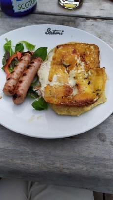 Formaggio alla piastra, polenta e salsicce