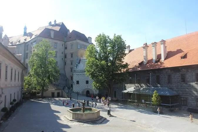 Castle courtyard Cesky Krumlov Excursii de o zi pornind din Praga