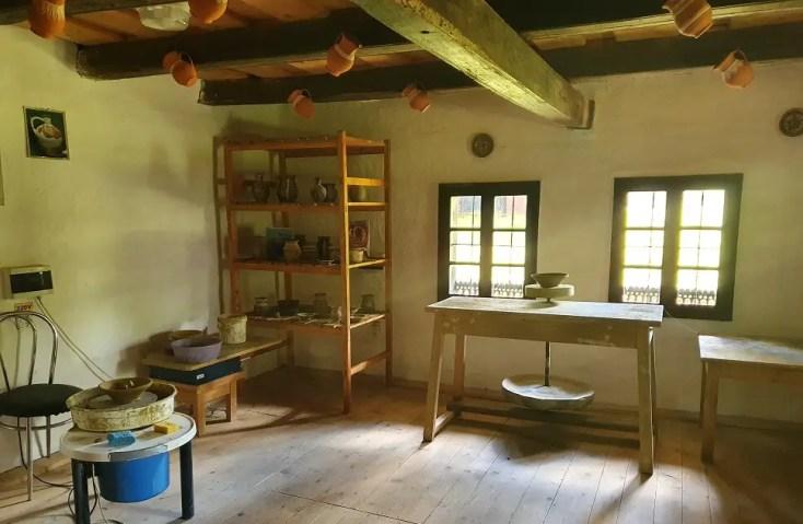 Interiorul casei olarului din Muzeul Satului